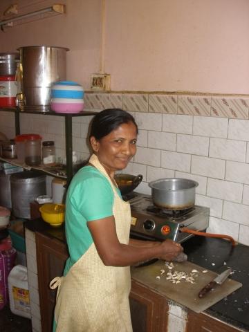 Mitarbeiterin in der Küche