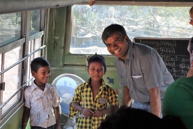 Pater Thomas Muttam im Schulbus