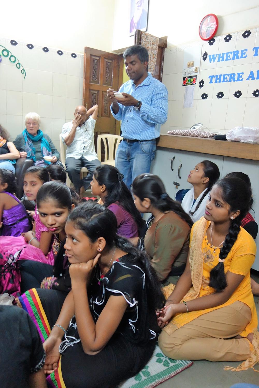 Pater Thomas Muttam im Straßenkinder-Heim für Mädchen