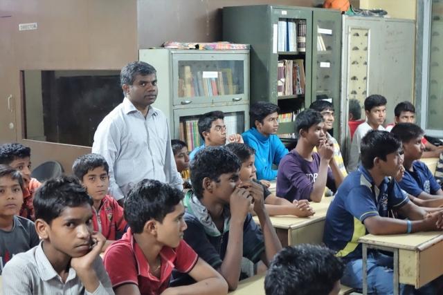 Pater Thomas Muttam im Straßenkinder-Heim für Jungen