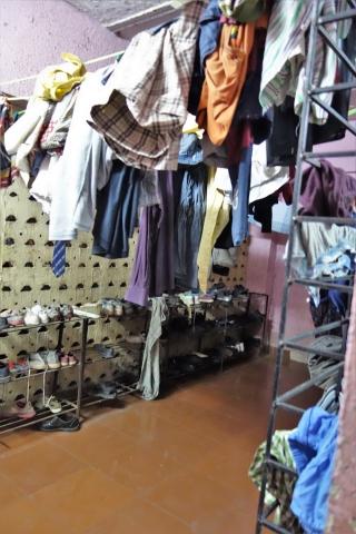 Straßenkinder-Heim für Jungen: Kleideraufbewahrung